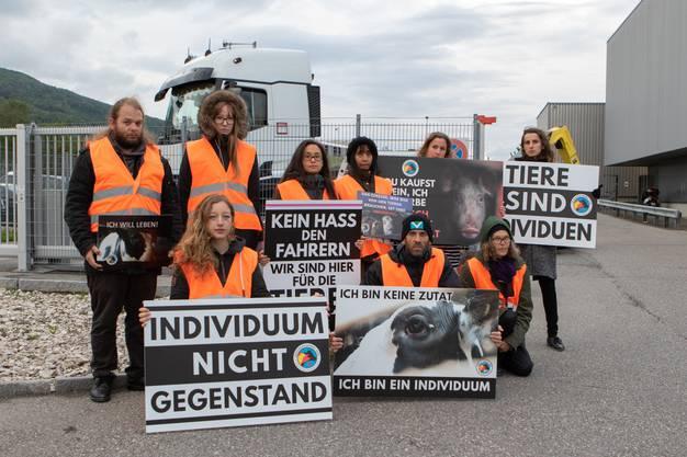Die Tierschutzaktivisten halten bei ihrem stillen Protest vor dem Bell-Schlachthof Plakate hoch