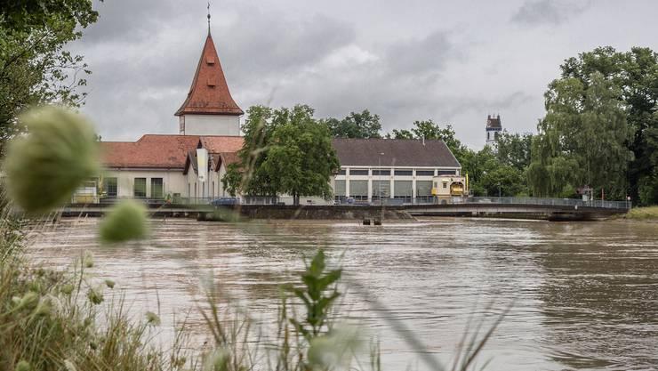 Seit mehr als hundert Jahren wird die Wasserkraft der Aare in Aarau zur Stromproduktion genutzt.  Die Geschichte und einige schöne Bilder vom Kraftwerk folgen.