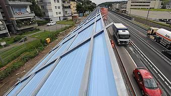 Eine Wand schützt die Anwohner in Niederwangen vor Autobahnlärm