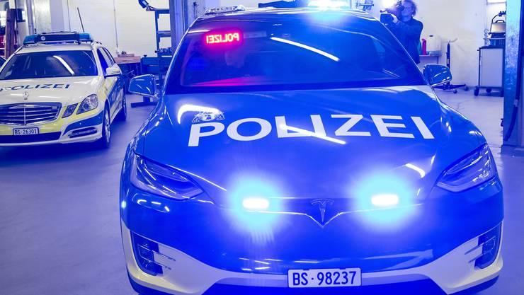 Nach all den Negativschlagzeilen sind nun die ersten für die Polizei umgebauten Teslas in Basel eingetroffen.