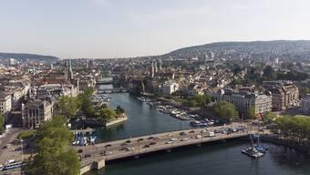 Die allermeisten Zürcher leben laut einer Bevölkerungsumfrage gerne in der Limmatstadt, trotz problematischem Strassenverkehr.