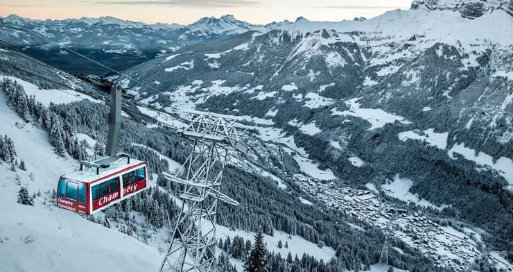 Mit der Gondel schwebt man in nur fünf Minuten von Champéry ins Skigebiet.
