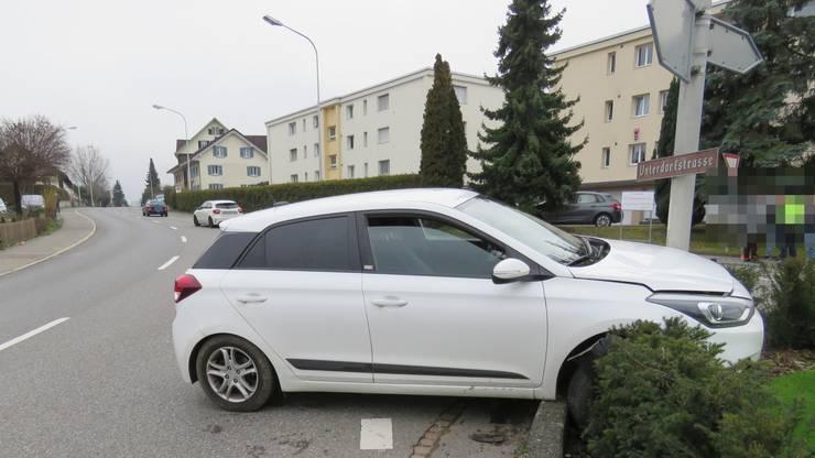 Die Insassen flüchteten zunächst, die Kantonspolizei konnte nach rund einer Stunde einen 33-jährigen Schweizer anhalten und festnehmen.
