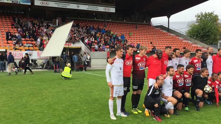 Die Stars des FC Aarau in teils ungewohnten Tenues. Der Schiedsrichter ist der Schauspieler Daniel Rohr (mit Ball).