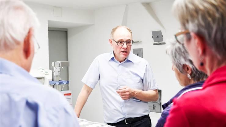 Hansjörg Knecht zeigt Besuchern das Labor der Mühle, das in der Küche des ehemaligen Wohnhauses der Familie Knecht eingerichtet worden ist.