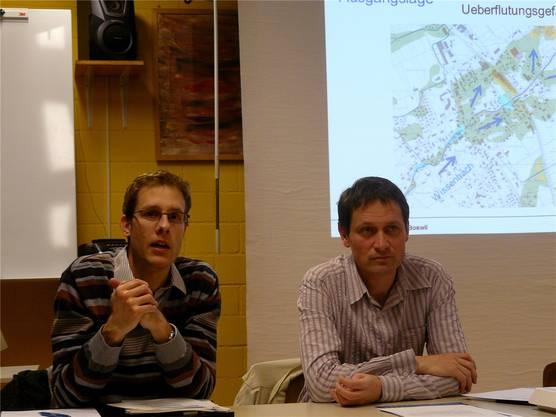 Die zwei Wasserbauexperten Silvio Moser (links) und Michael Schilling präsentieren der Bevölkerung die Vorschläge für die Bachsanierung.