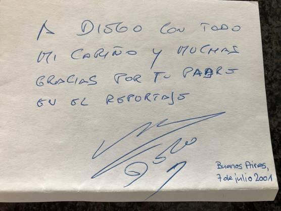 Der Text lautet übersetzt: «An Diego mit all meiner Liebe und deinem Vater vielen Dank für den Bericht». Unterzeichnet, Diego Maradona.
