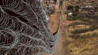 HANDOUT - Auf diesem vom U.S. Customs and Border Protection zur Verfügung gestellten Bild ist der Stacheldraht zu sehen, der entlang der Grenze zwischen Mexiko und USA installiert wurde. Foto: Robert Bushell/US Customs and Border/dpa - ACHTUNG: Nur zur redaktionellen Verwendung und nur mit vollständiger Nennung des vorstehenden Credits