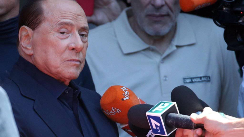 Der italienische Ex-Ministerpräsident Silvio Berlusconi, der vergangene Woche wegen eines Darmverschlusses operiert werden musste, hat am Montag das Mailänder Spital verlassen, in der er sich seit Dienstag aufhielt. «Ich habe um mein Leben gezittert», sagte der 82-Jährige.