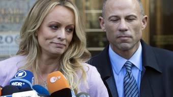 Die Pornodarstellerin Stormy Daniels und ihr Anwalt Michael Avenatti. (Archivbild)