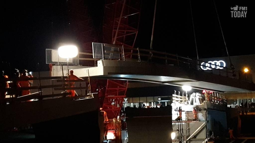 Hier wird ein 170-Tonnen-Brückenteil eingebaut
