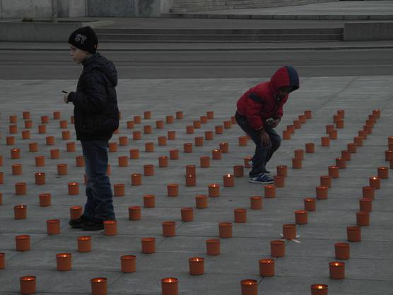 Sie wachen über die brennenden Kerzen