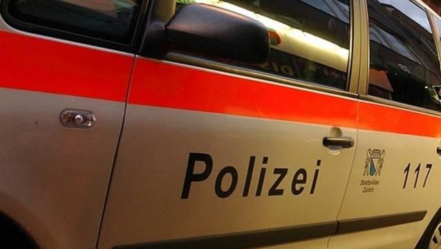 Ein Streifenwagen der Stadtpolizei Zürich wurde durch Beschuss beschädigt (Symbolbild)