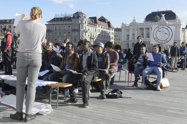 Menschen nehmen an einem kostenlosen Deutschkurs teil, um gegen die Schliessung der Autonomen Schule Zuerich zu protestieren, auf dem Sechselaeutenplatz in Zuerich