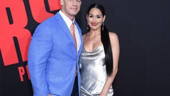 Die Wrestling-Stars John Cena (l) und Nikki Bella (r) haben sich im April 2018 kurz vor ihrer Heirat getrennt. (Archiv)