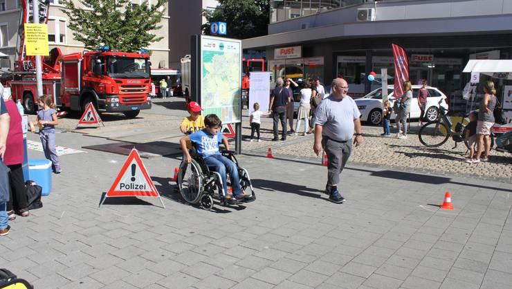 Schüler konnten ausprobieren, wie sich das Fahren eines Rollstuhls anfühlt