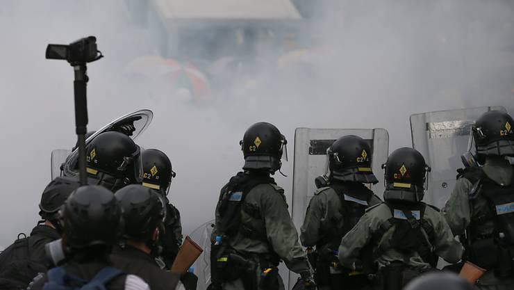Tränengasnebel zwischen Polizei und Demonstrierenden in Hongkong.