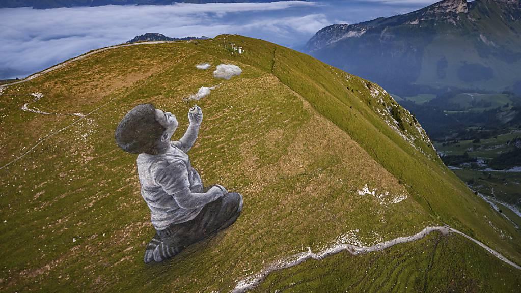 Das Werk des Künstlers Saype ist bis Mitte September an den Hängen des Moléson (FR) zu sehen.