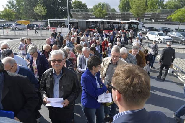 Die Aktionäre treffen ein im Tissot-Velodrome