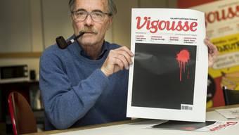 """""""Vigousse""""-Gründer Thierry Barrigue zeigt die Frontseite des Satiremagazins nach dem Anschlag auf die Satirezeitschrift """"Charlie-Hebdo"""" im Jahr 2015. (Archivbild)"""