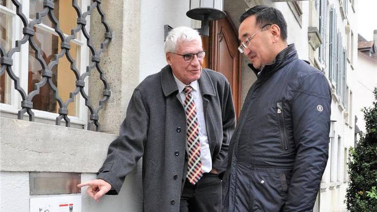 «Da kommen die Stimmcouverts hinein.» Thomas Pfisterer und Lundeg Prevsuren bei städtischen Rathaus in Aarau.