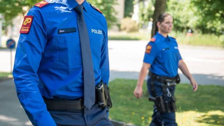 Falsche Polizisten haben es geschafft, von einer Rentnerin aus dem Bezirk Pfäffikon mehrere tausend Franken zu ergaunern. (Symbolbild)