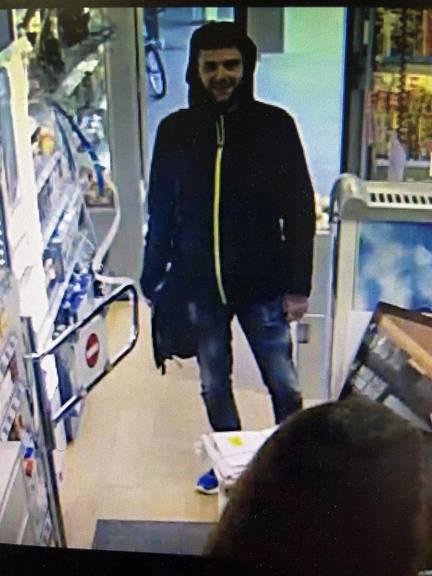 Der Täter trug eine schwarze Jacke und blaue Schuhe. (Bild: Kapo SG)