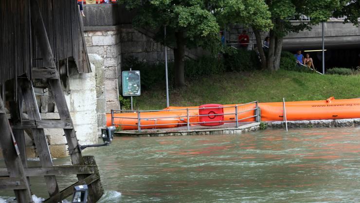 Schon am Donnerstag wurden die «Beaver»-Schläuche aufgestellt. Die Aare kam jedoch nicht über die Ufer.