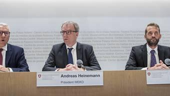 Patrik Ducrey, Direktor des Weko-Sekretariats, Weko-Präsident Andreas Heinemann und Frank Stüssi, stellvertretender Weko-Präsident (von links) an der Medienkonferenz in Bern.
