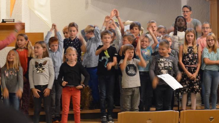 """Kinder in Bewegung beim Singen des Liedes """"Hallelu"""""""
