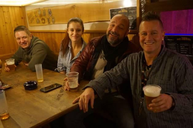 von links: Besucher Patrick Roth aus Weiningen, Barmaid Céline Steger aus Mellingen, OK-Mitglied Gege Klemp und Deny Zurbuchen vom Denys Barwagen. Die Schneebar-Party sei ein richtiges Gasgeben vor der lieblichen Weihnachten, sagte Klemp.