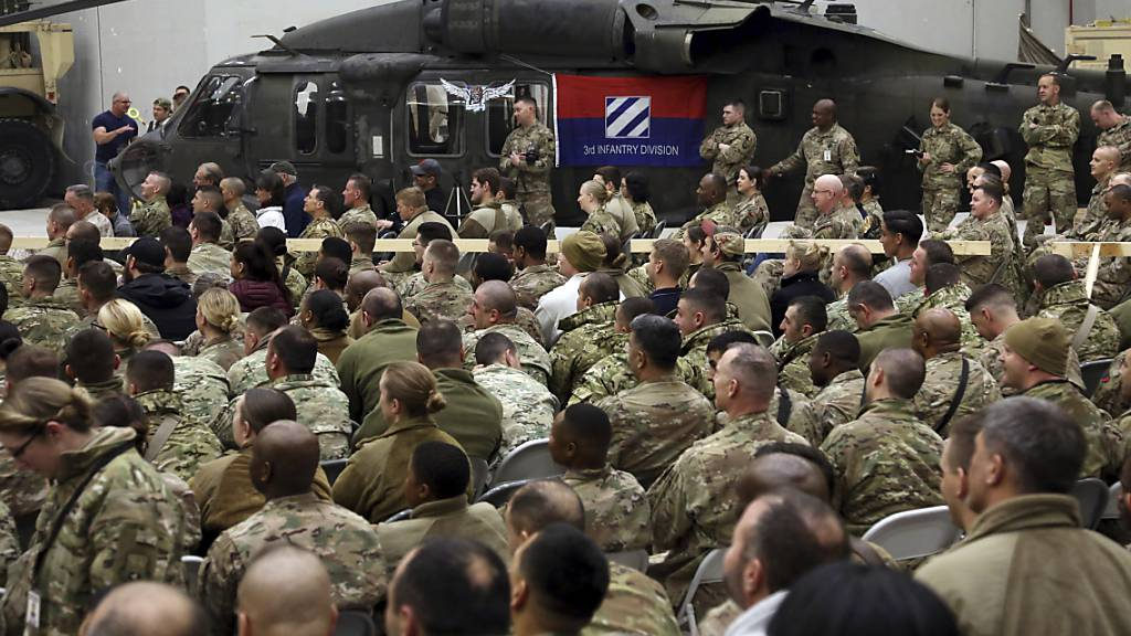 ARCHIV - US-Soldaten auf einer US-Flugbasis in Bagram, nördlich von Kabul. Foto: Rahmat Gul/AP/dpa