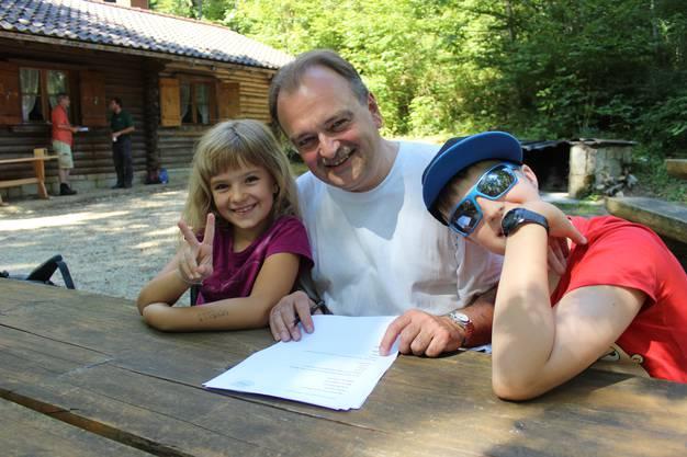 Familie Lauber beim Beantworten des Quizes