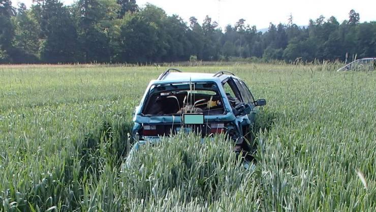 Nach einer Auffahrkollision in Birr AG am Dienstagmorgen landet ein VW Passat in einem Feld.