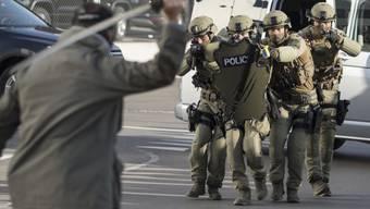 Polizisten der Interventionsgruppe GRIF der Kantonspolizei Freiburg üben einen Taser-Einsatz gegen einen Angreifer. In der Realität setzten Polizisten die Waffen im vergangenen Jahr 45 Mal ein. (Archivbild)