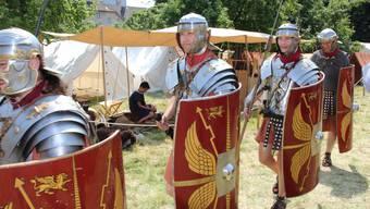 Legionäre marschieren durch ein Heerlager. (Archivbild)