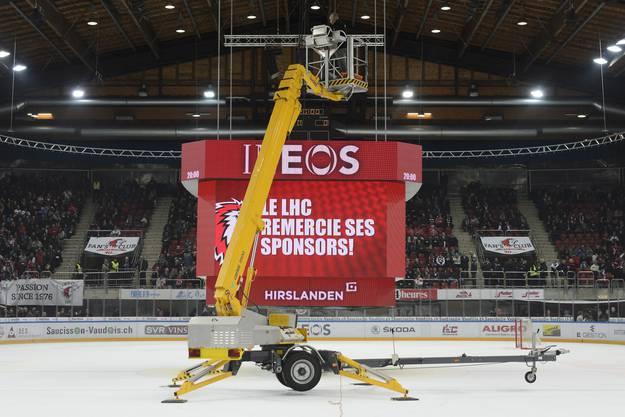 Die Eishockeypartie Lausanne - Genève-Servette musste abgesagt werden, weil sich der Videowürfel in der Patinoire de Malley nicht anheben liess.