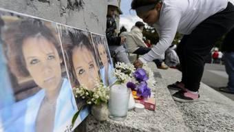 Ein junges Mädchen legt Blumen nieder