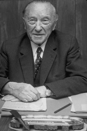 Ausserdem wird Adenauer für die wirtschaftliche Erholung der westdeutschen Gesellschaft verantwortlich gemacht. Vorgeworfen wird ihm, dass er zu lange an seiner Position geklammert hat. Bei den Wahlen 1963 hat er seinen späteren Nachfolger Ludwig Erhard strikt abgelehnt. Adenauer war der älteste Bundeskanzler von Deutschland. Er hatte mit 73 Jahren das Amt angetreten und regierte bis zu seinem 88. Lebensjahr.