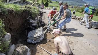 Neuerungen beim Zivildienst sollen dafür sorgen, dass der Armee die Soldaten nicht ausgehen. Im Bild: Zivildienstleistende sanieren eine Trockenmauer im Muotathal.
