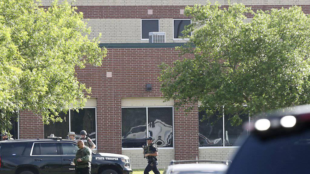 Sicherheitskräfte vor dem Tatort, der Santa-Fe-High-School, wo ein Schüler zehn Personen erschoss.
