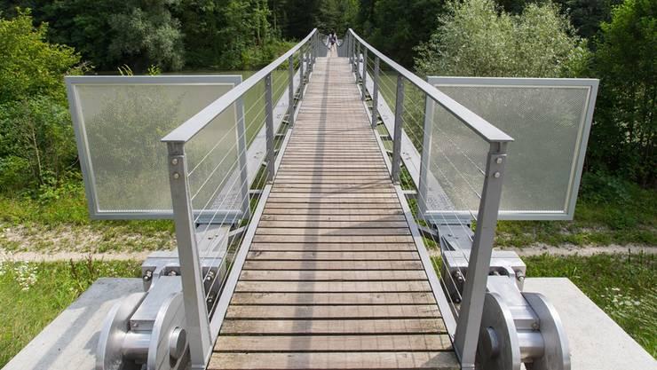 Die Lücken zwischen den Seilen am Geländer werden mit Netzen geschlossen. Zudem ersetzt das Baudepartement die viereckigen Gitter auf den Spannbändern.