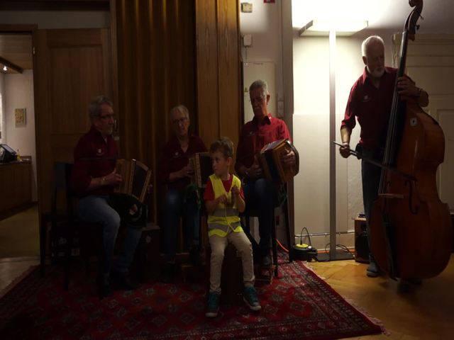 Die Schwyzerörgeler vom Föhrenwäldli spielten den Marsch Im Löchlibad mit dem Enkel des Schwyzerörgeler Erich Schärer, den 4-jährigen Lorin Schärer an der Rira (einem Holzinstrument).