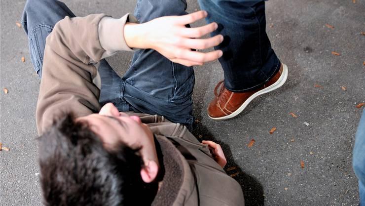 Zwischen zwei Männern kam es in einer Bar zu einem Handemenge. (Symbolbild)