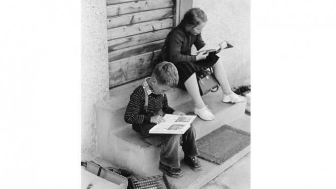 Was sie wohl gerade lesen? Schweizer Schüler im Jahr 1955. Foto: Oskar Poss/Ullstein Bild