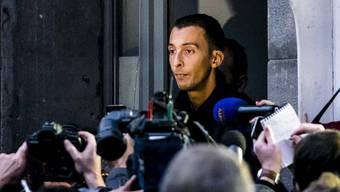 Der Bruder eines verdächtigen Attentäters spricht am Montagabend vor den Medien.
