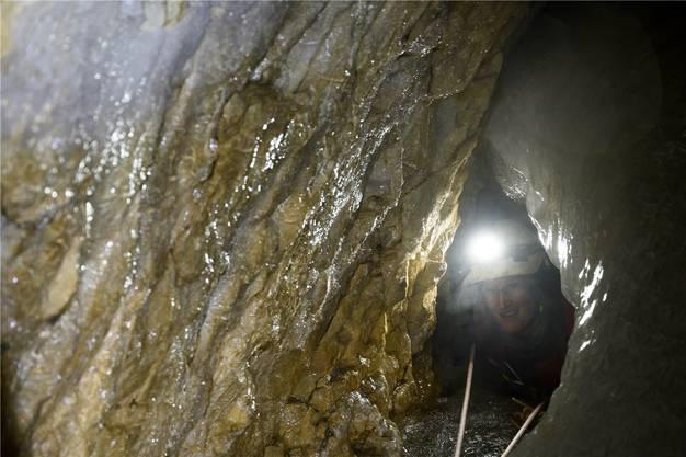 Der Durchschlupf führt zum Boden der Höhle, der 38 Meter unter der Oberfläche liegt.