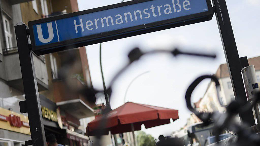 Der Mann, der eine junge Frau im Berliner U-Bahnhof Hermannstrasse die Treppe heruntergetreten hat, muss ins Gefängnist. (Symbolbild)