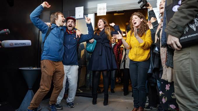 Aktivisten feiern den Freispruch des Bezirksgerichts von Renens, einem Vorort von Lausanne.