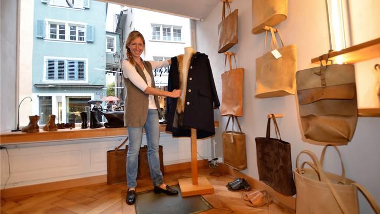 Conny Thiel-Egenter zeigt in ihrem Laden am Zürcher Neumarkt ein Stück aus ihrer neusten Kreation. Bild: Christian Breitschmid